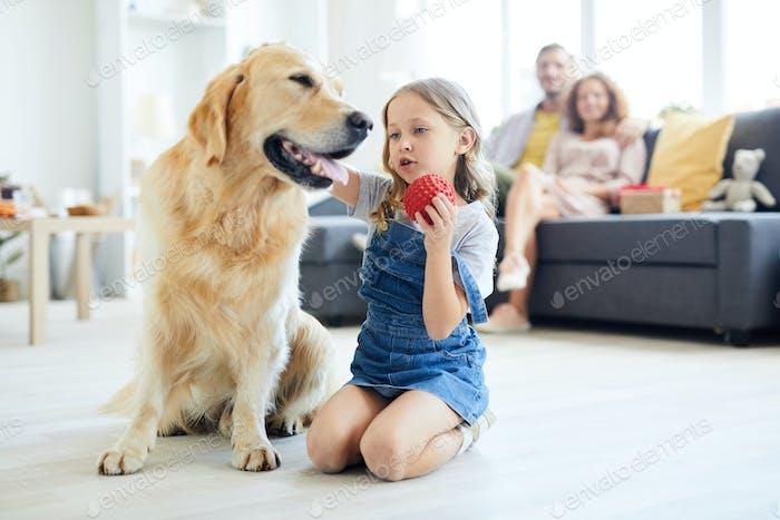 Mädchen spielen mit Hund