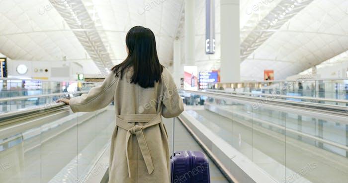 Frau zu Fuß mit dem Gepäck im Flughafen