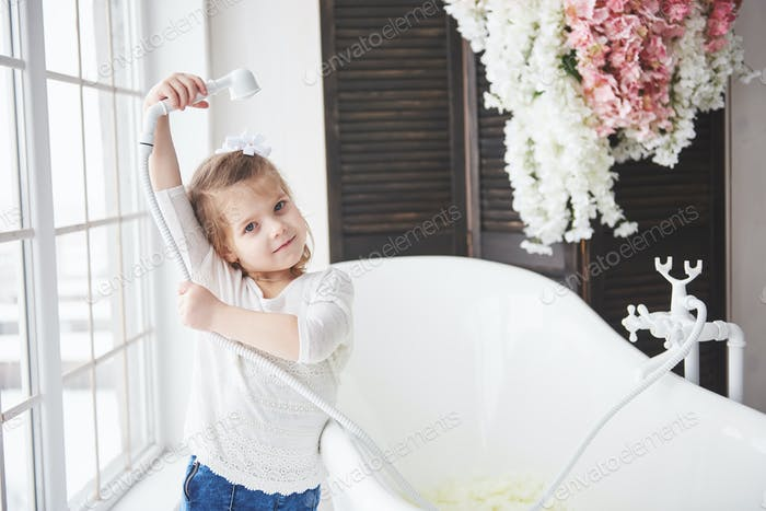 Просторная освещенная ванная комната. Понятие здорового и чистого тела
