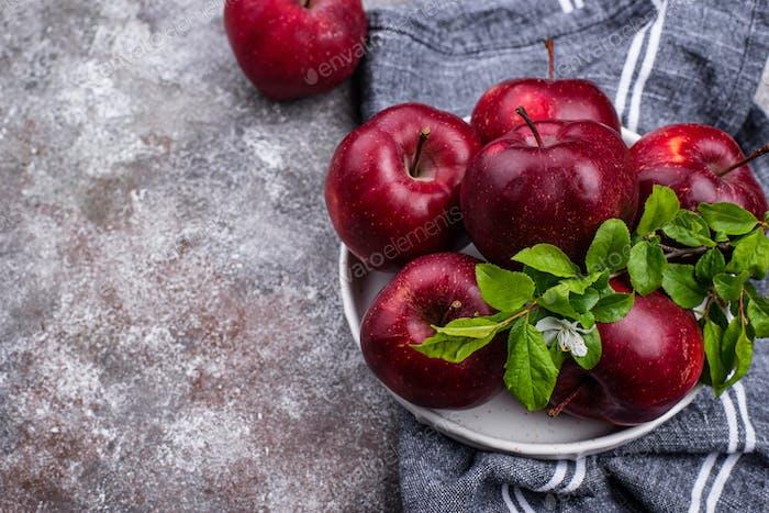 Frische rote reife Äpfel auf grauem Hintergrund