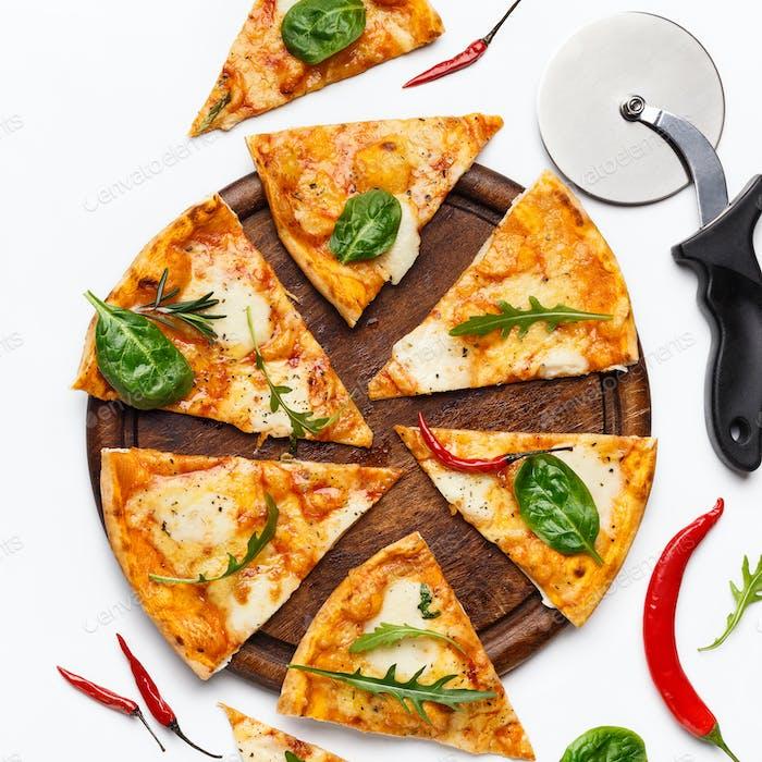 Köstliche frische Pizza serviert auf Holzbrett