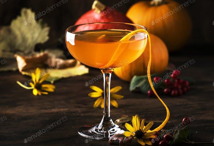 Satans Schnurrhaare, Halloween-Cocktail mit Gin, Wermut, Orangensaft und Likör