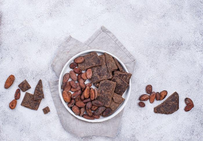Kakaobohnen und Schokoladenstücke