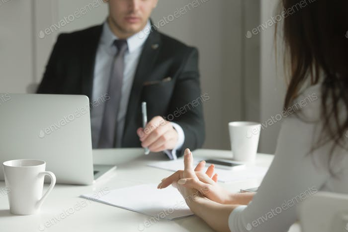 Cerca Gente Negocios manos en el escritorio de la oficina