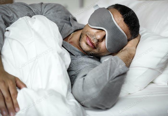 Ein Mann, der auf einem Bett schläft