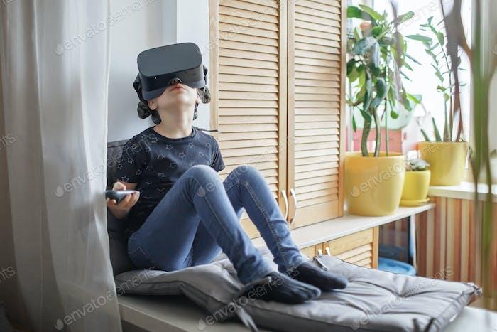 Симпатичная девушка в виртуальной реальности googles дома, дистанционное образование эксперимент, будущее сегодня