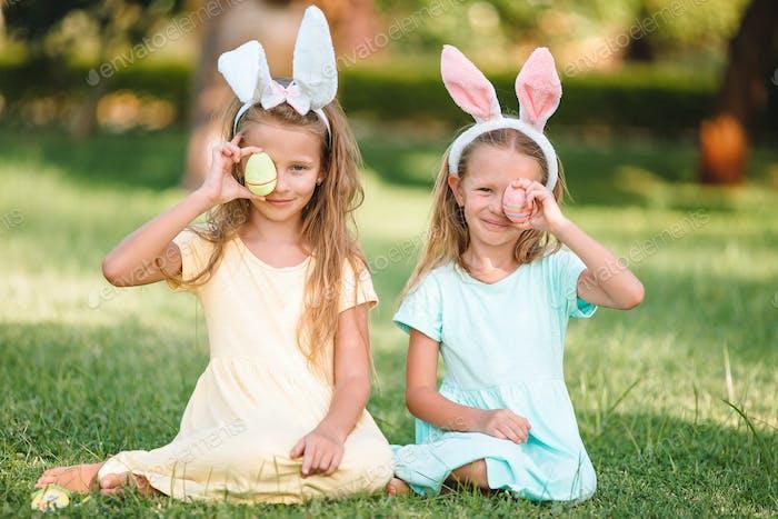 Porträt von Kind mit Ostern Busket mit Eiern im freien