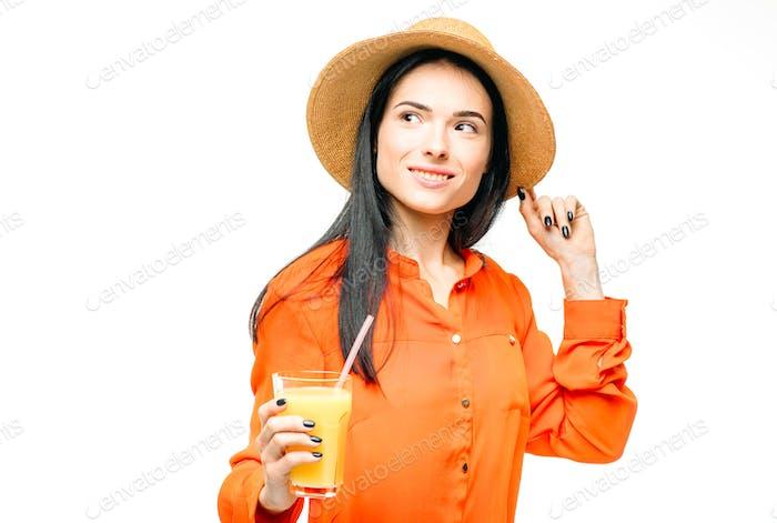 Frau trinkt frischen Saft Obst, weißer Hintergrund
