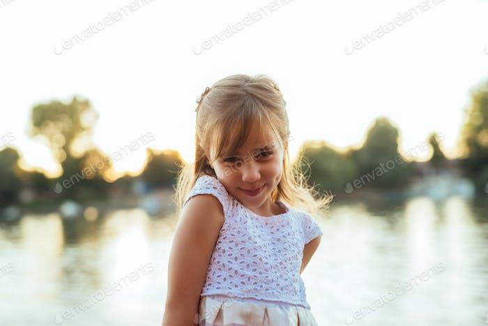 Портрет улыбающейся девушки