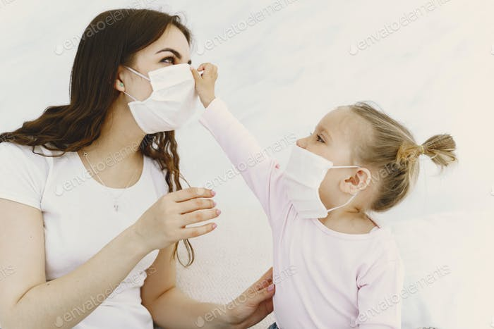 Мать и ребенок дома с медицинскими масками