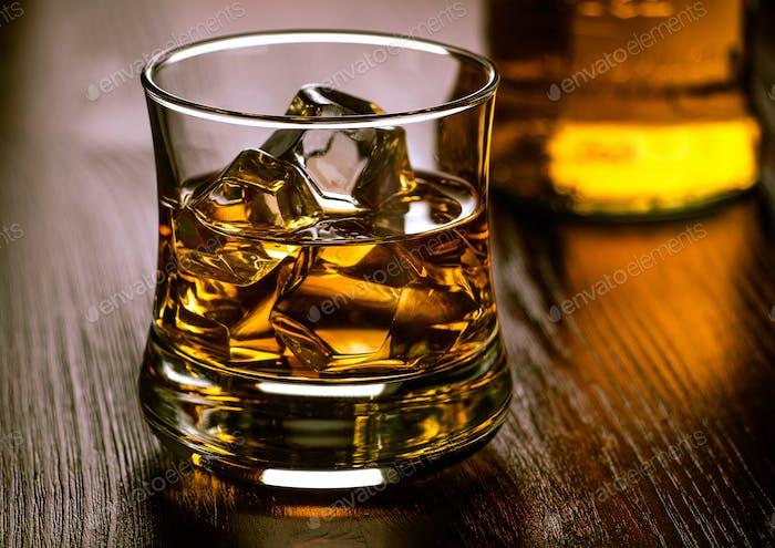 Glas Whisky auf den Felsen