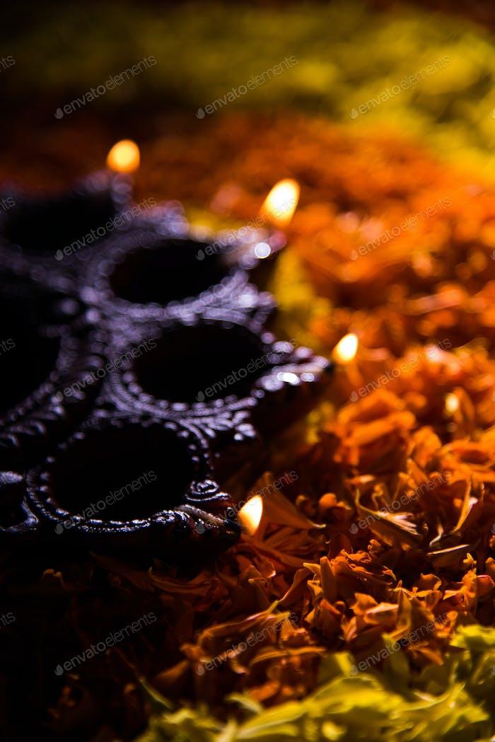 Glückliche Diwali - Diya über Blume Rangoli