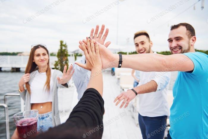 Amigos felicitan a su amigo en su cumpleaños