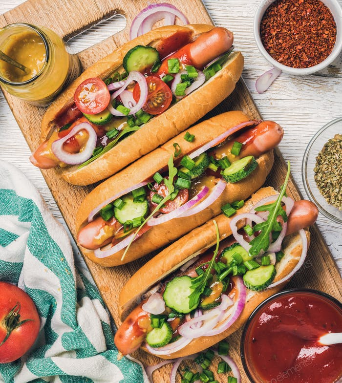 Hausgemachte Hot-Dogs mit Gemüse, Ketchup, Senf und Gewürzen