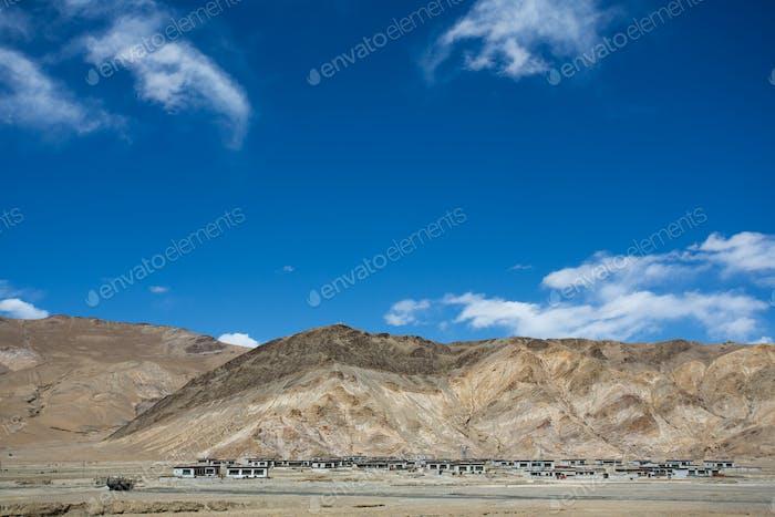 Typisches tibetisches Dorf auf der Freundschaftsstraße