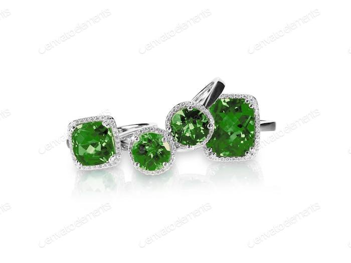 Set von grünen Smaragd Ringe Edelstein Schmuck. Gruppe Stapel von mehreren Edelstein-Diamant-Ringen.