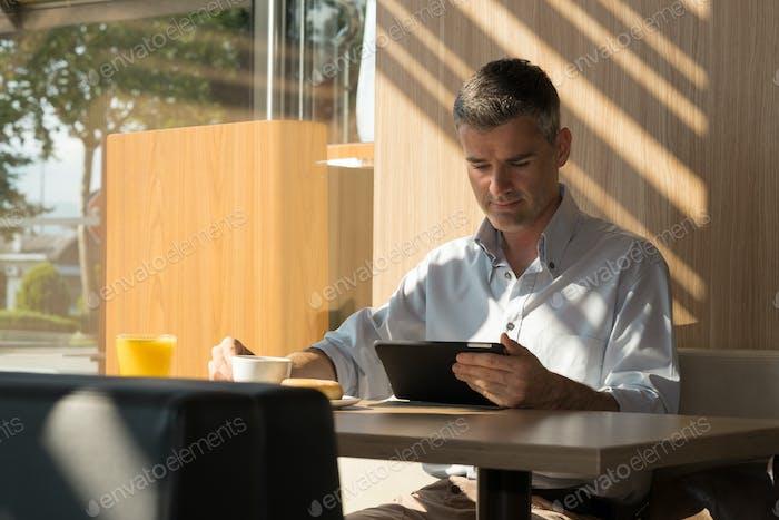 Geschäftsmann entspannt im Café