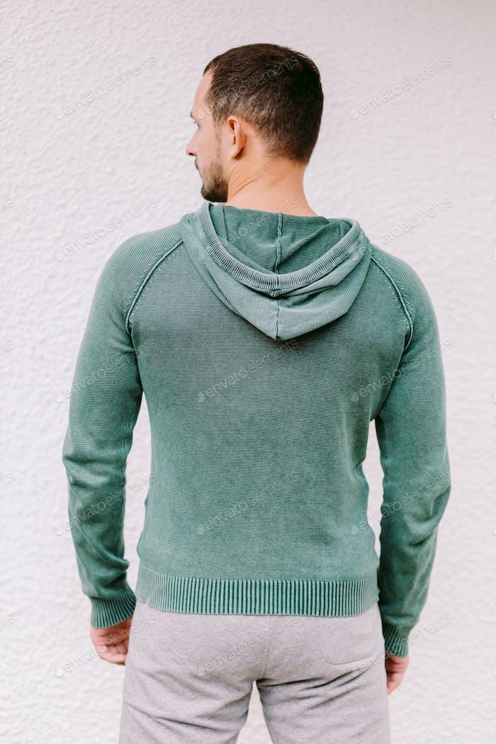 Placeit Mann trägt Sweatshirt Mockup zurück