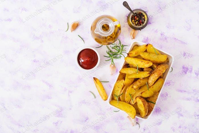 Ruddy Gebackene Kartoffelkeile mit Rosmarin und Knoblauch auf einem hellen Hintergrund. Draufsicht. Flache Lag