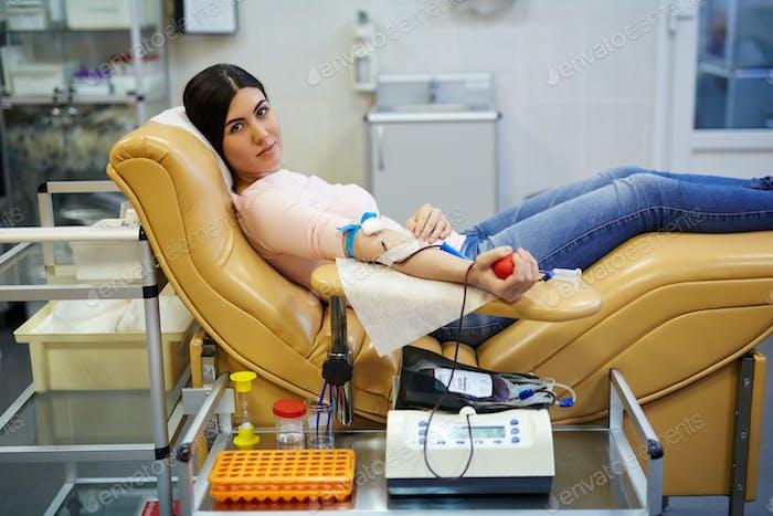 Frau, die ihr Blut gibt