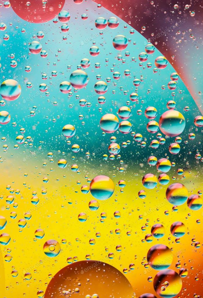 Ölblasen im Wasser, Regenbogenfarben