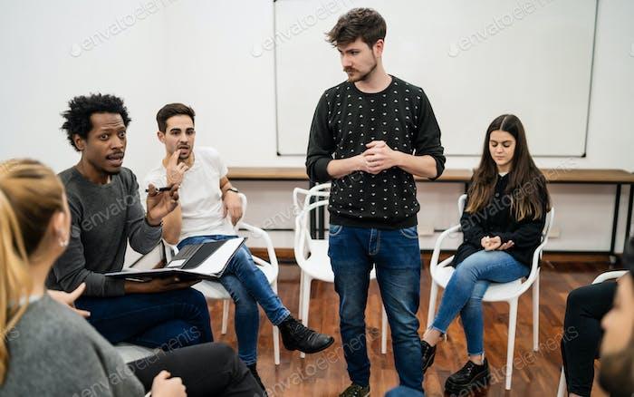 Manager führt ein Brainstorming-Treffen.