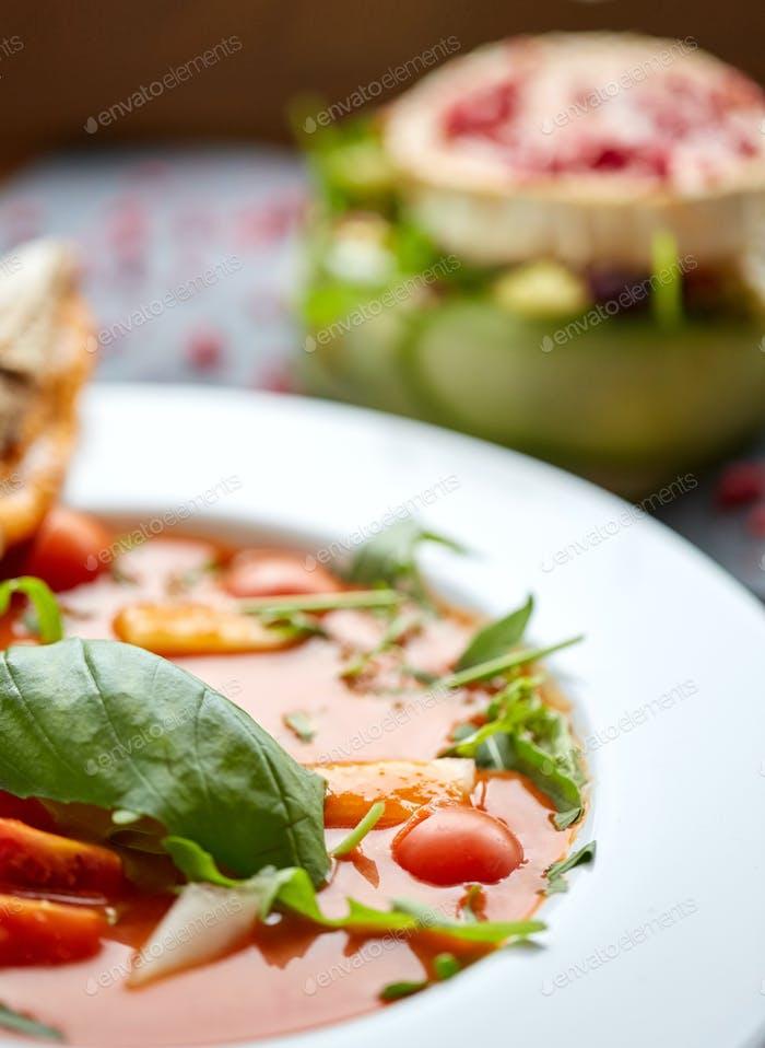 Nahaufnahme von Gazpacho Suppe im Restaurant