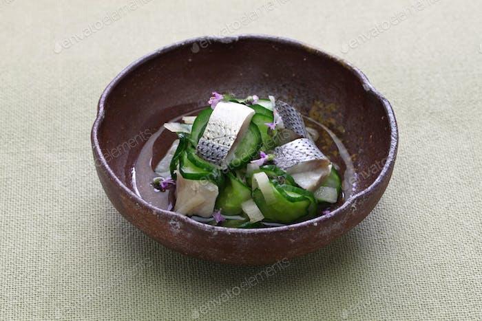 Kohada Sunomono (geflecktes Sardinenessiggericht), japanische Küche.