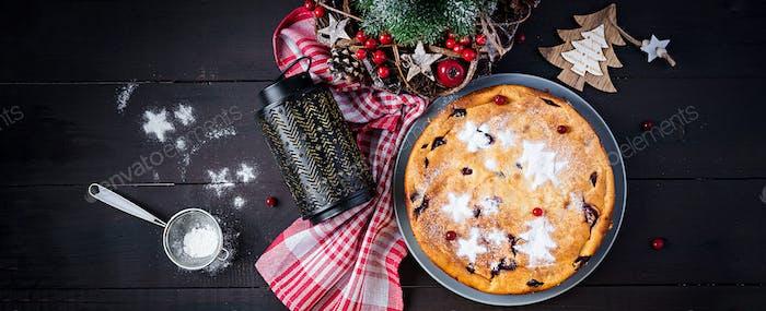 Weihnachtsfruchtkuchen, Pudding auf dunklem Tisch. Draufsicht, Overhead, Banner