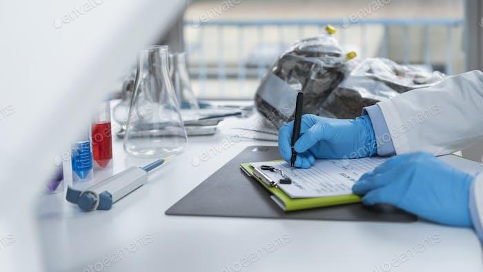 Labor für organische Zertifizierung. Ausfüllen eines Formulars für das organische Zertifizierungsverfahren