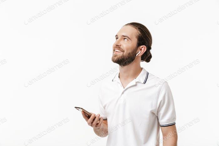 Hübscher bärtiger Mann mit Handy.