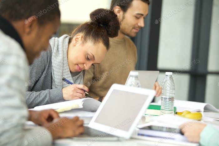 Studenten, die ihre Aufgaben vorbereiten