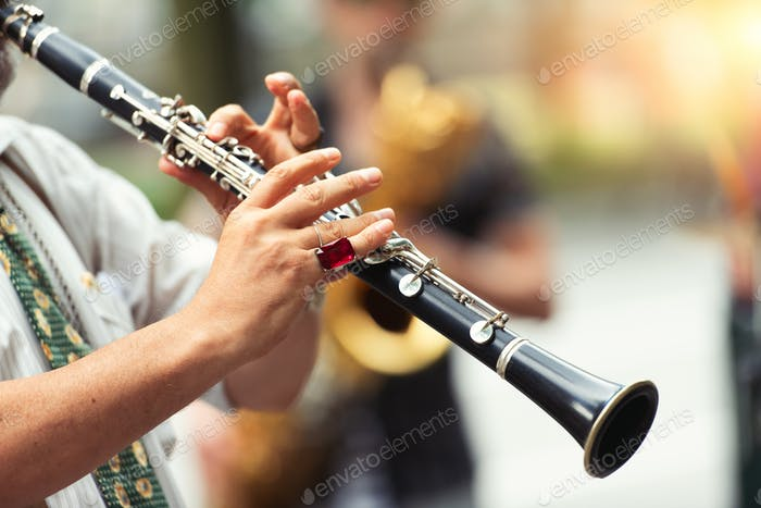 Straßenmusiker spielen die Klarinette