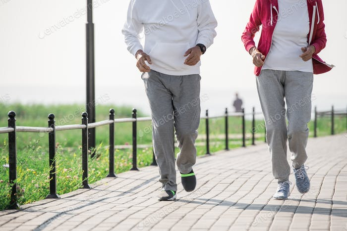 Unerkennbar Reife Paar Laufen