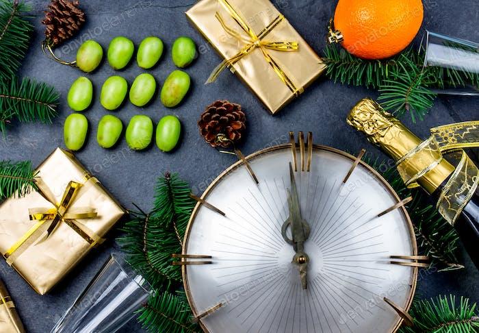 Lustiges Ritual, zwölf 12 Trauben für viel Glück in Mitten zu essen. Weihnachten Neujahrszusammensetzung