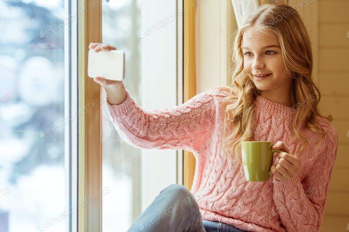 Teenager-Mädchen mit Gadget