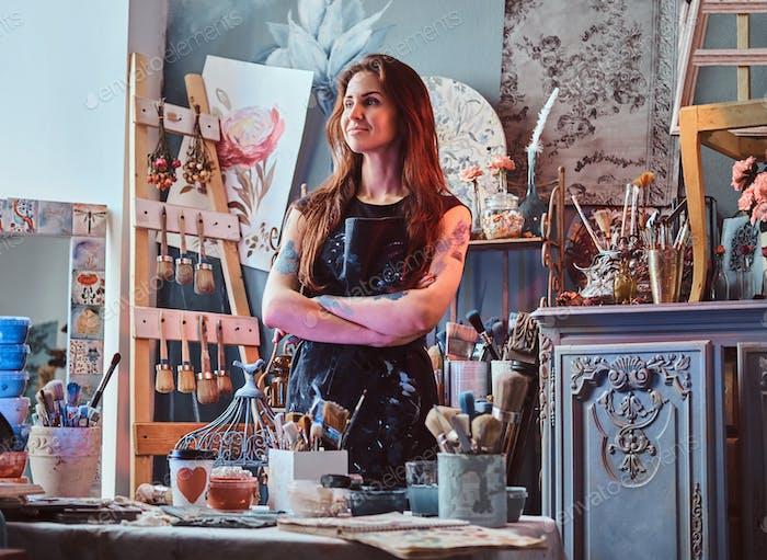 Красивая художница в собственной студии