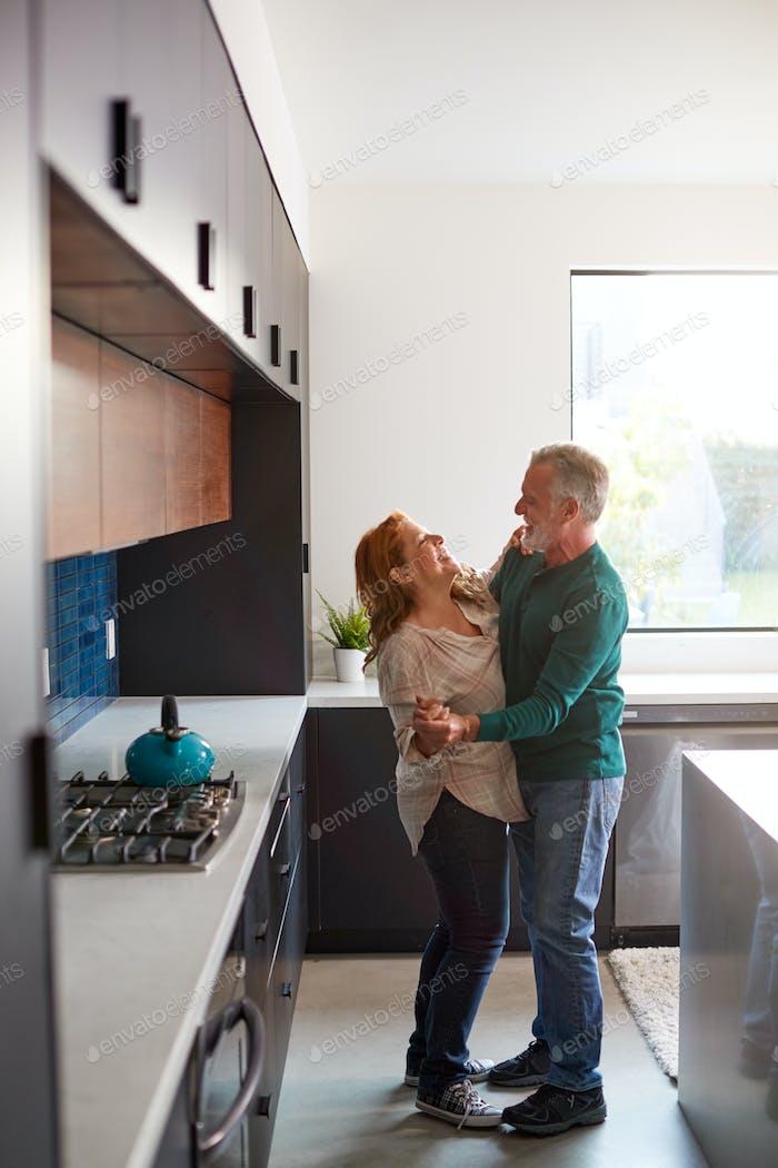Senior Hispanic Paar Zu Hause Tanzen In Küche Zusammen