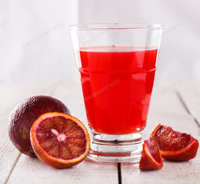Frisch gepresster Orangensaft, Blutorange.Vitamin-Drink für Immunität gegen das Virus.