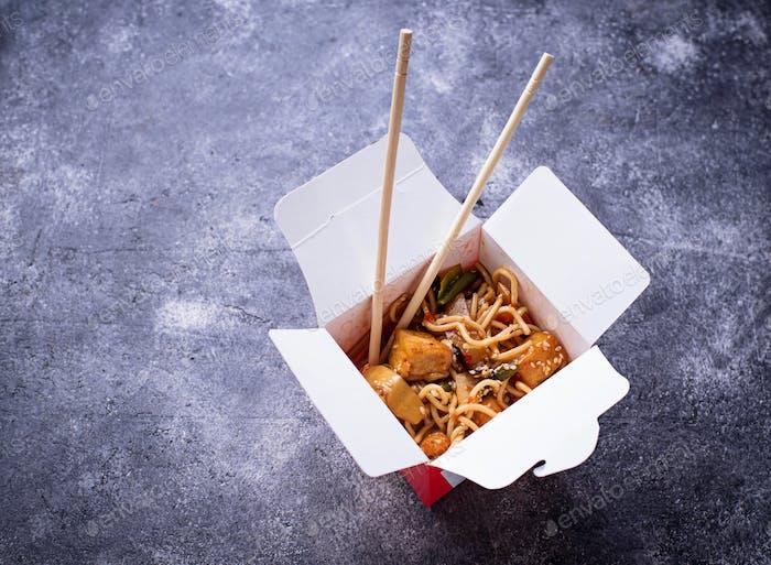 Nudeln mit Huhn, Tofu und Gemüse