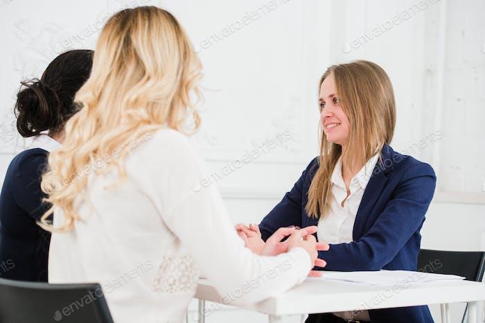 Vertical de Alegre Gente de Negocios discutiendo juntos en oficina