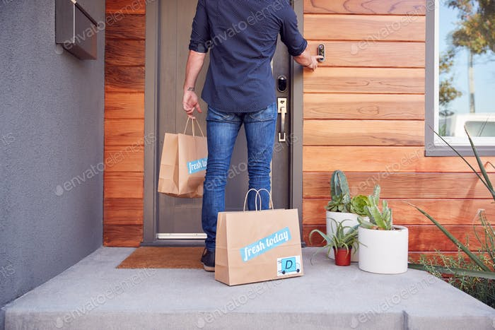 Rückansicht Von Haus Lieferung Fahrer Außerhalb Vordertür Mit Essen Taschen Klingeln Türklingel