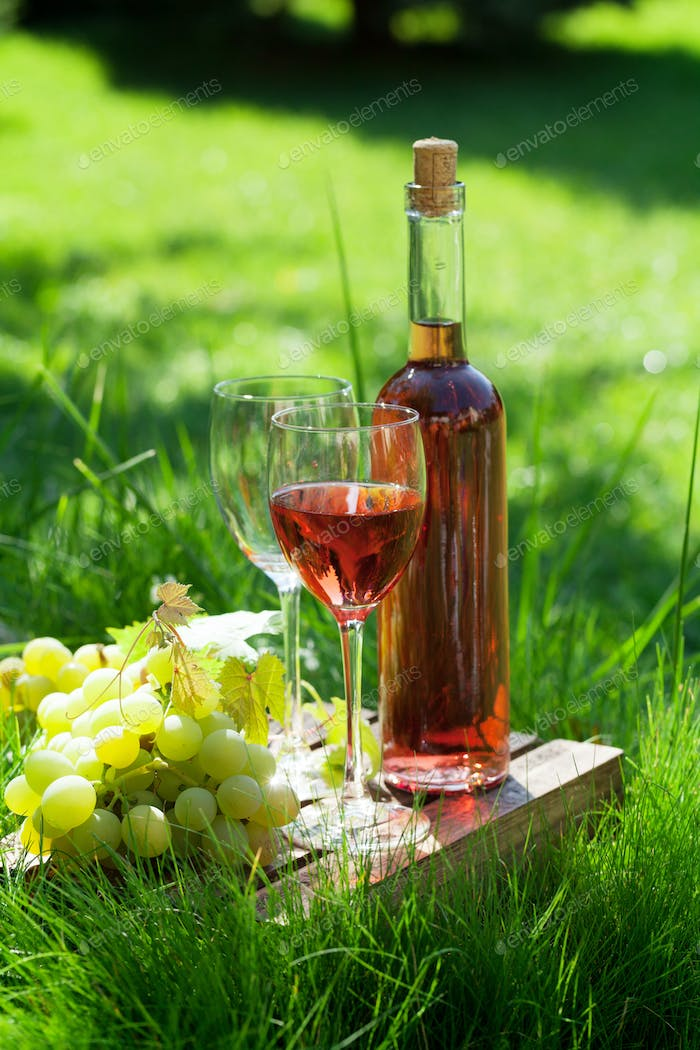 Rose wine and grapes