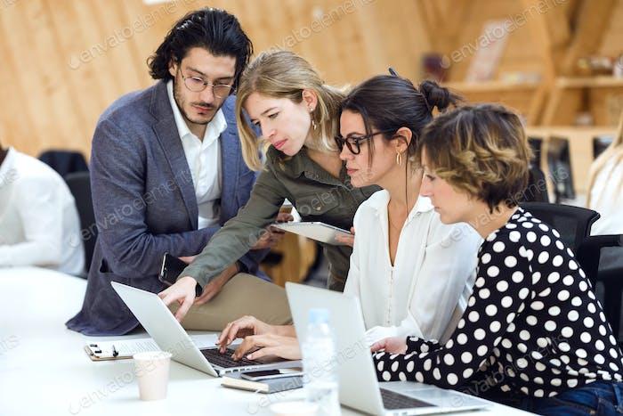 Equipo de negocios exitoso participando en ideas creativas en cowo