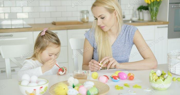 Mutter Blick auf Mädchen Färbung Eier