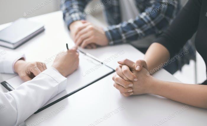 El médico escribe receta y plan de tratamiento a los pacientes