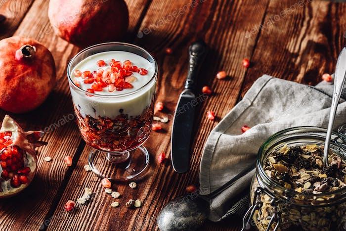 Hausgemachtes Dessert mit Zutaten auf Holztisch.