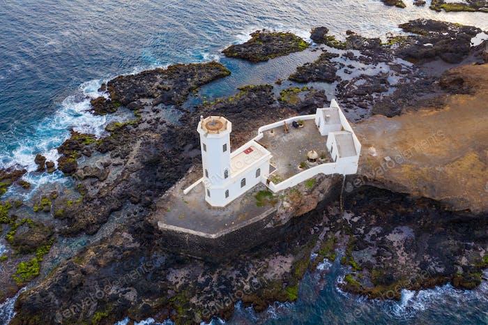 Luftaufnahme des Leuchtturms Praia in Santiago - Hauptstadt der Kapverdischen Inseln - Cabo Verde