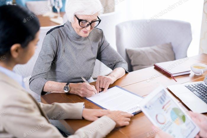 Senior Frau Schreiben Testament