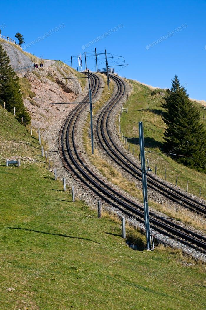 Vías del ferrocarril en los Alpes